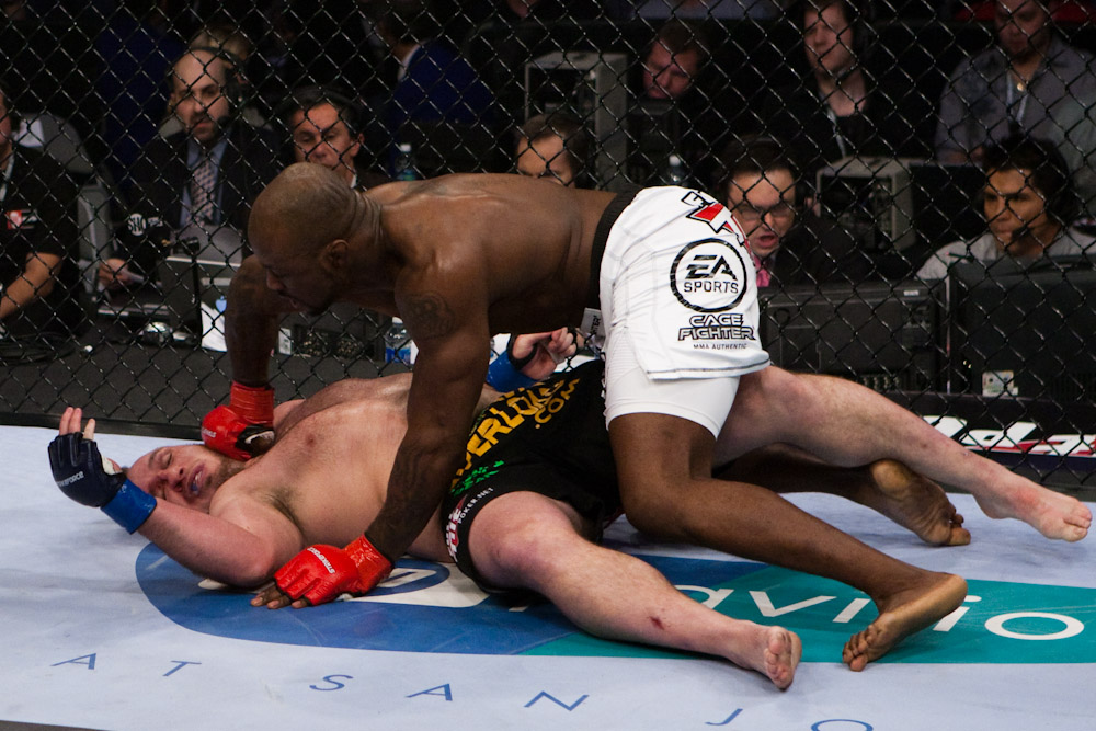 Mo Lawal nocauteia   Mike Whitehead no Strikeforce. ( Foto: Esther Lin )