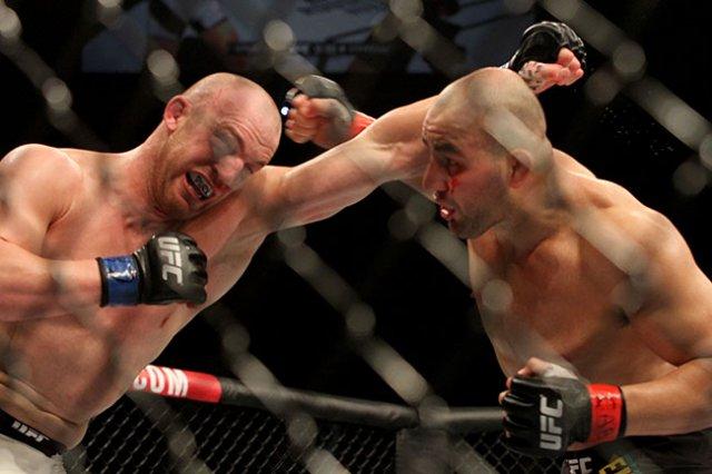 Glover e Cummins trocando golpes durante o combate (Foto: Sherdog.com)