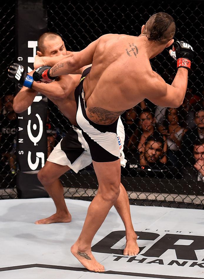 Vitor Belfort acertou um belo chute de perna esquerda para nocautear Dan Henderson (Foto: UFC.com)