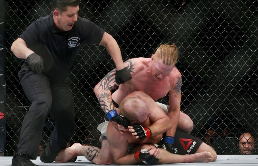 Ed Herman (por cima) derrotou Tim Boetsch (Foto: Esther Lin/MMA Fighting)