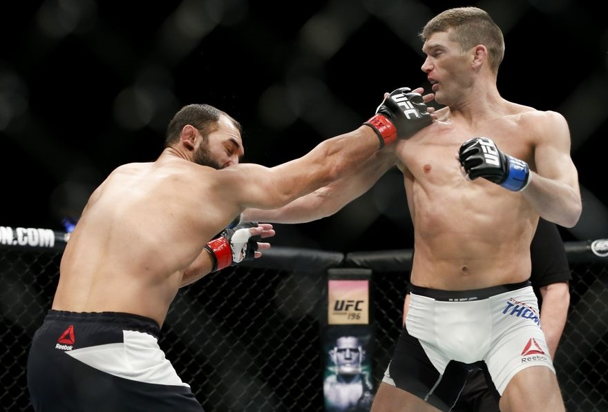 Johny Hendricks (E) e Stephen Thompson trocando golpes (Foto: Esther Lin/MMA Fighting)