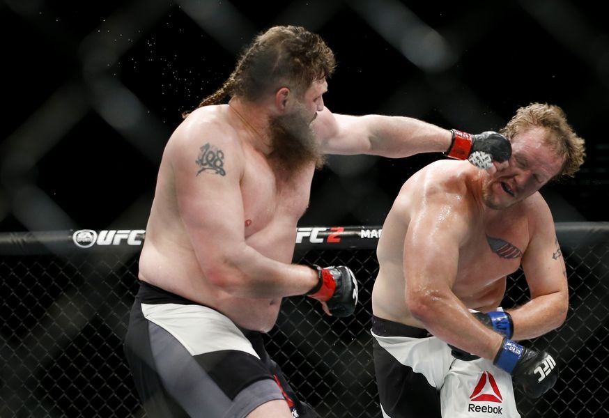 Roy Nelson (de preto) derrotou Jared Rosholt (Foto: Esther Lin/MMA Fighting)