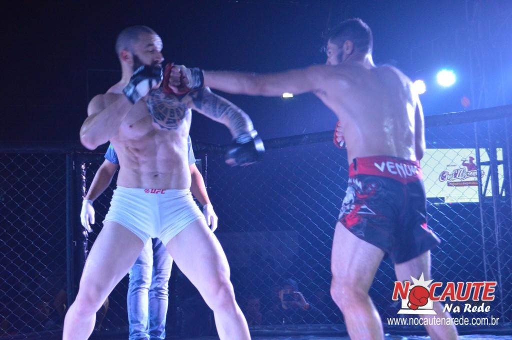 Paulo Renato (BVT) e Edmilson Cavalo (Team Cavalo) proporcionaram a melhor luta da noite (Foto: Nocaute na Rede)